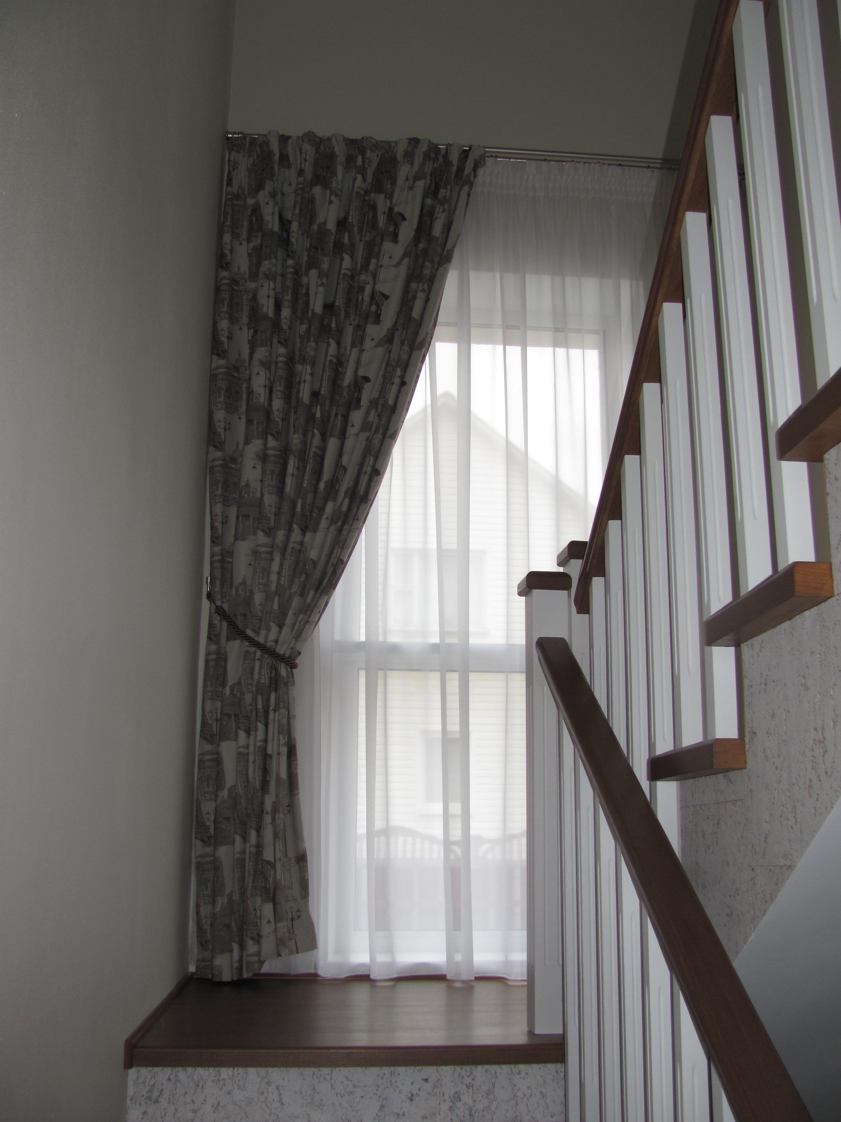 Шторы на лестничном окне фото